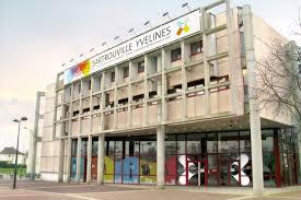 Photo de la façade du théatre de Sartrouville située place Jacques Brel