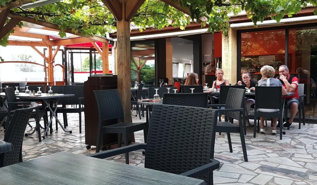 photo de la terrasse extérieure du restaurant Les Archanges à Sartrouville situé route de Cormeilles