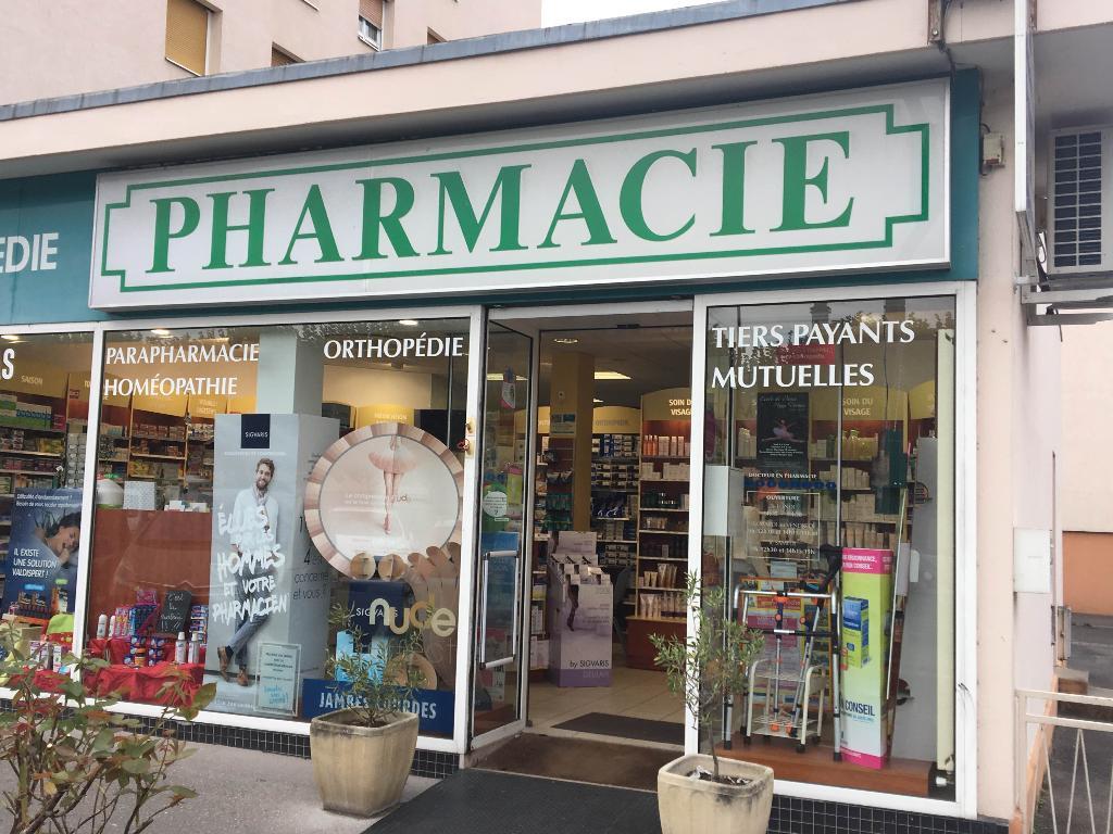 photo de la devanture de la pharmacie du marché debussy quartier debussy à sartrouville